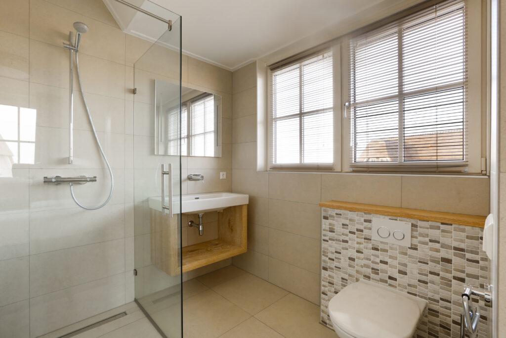 Stilvolles Badezimmer mit Dusche