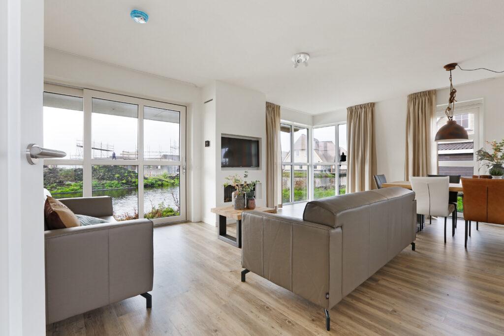 Wohnzimmer mit Wasserblick